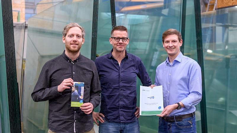 Startberatung 2019 bei der Heinrich Niggemann GmbH + Co. KG. Julian Schütte (Stadt Münster), Ingo Niggemann (Geschäftsführer der Niggemann Glas + Spiegel) und Marcel Stüer (Bode Planungsgesellschaft) präsentieren den Abschlussbericht zur Startberatung für Energieeffizienz.